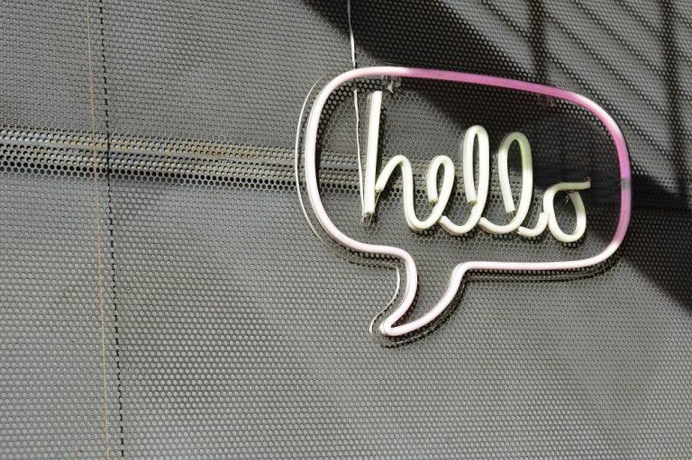 """Placa de neon com o dizer """"Hello"""""""