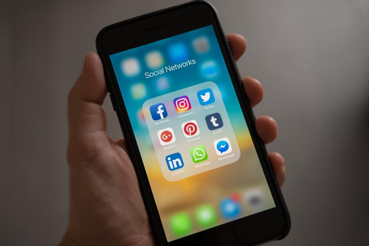 Telefoon met social media iconen