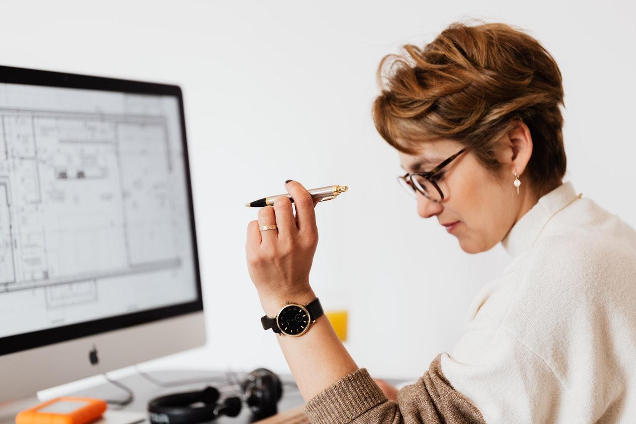 Mujer planificando tareas en un calendario
