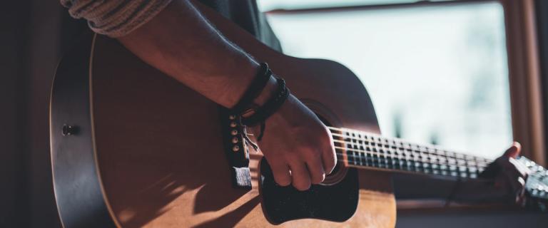 Pessoa dando curso virtual de violão