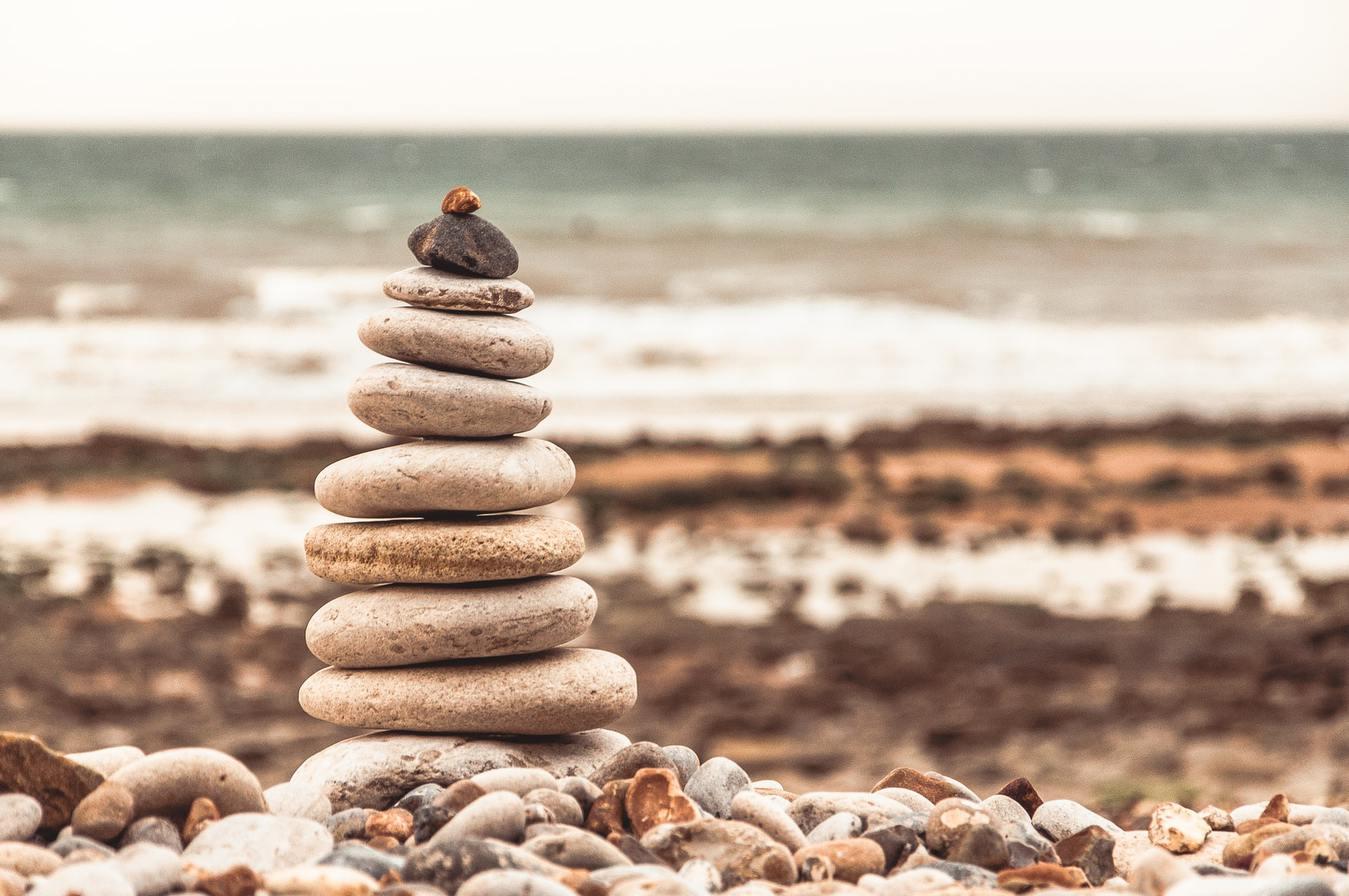 Pedras arredondadas empilhadas em uma praia