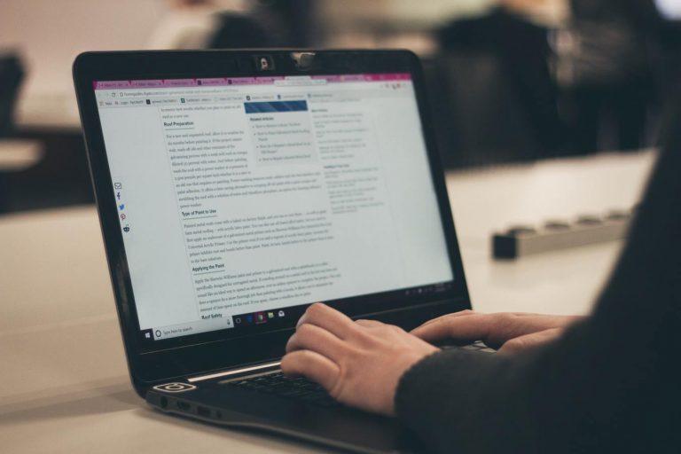 Pessoa escrevendo em um blog no notebook